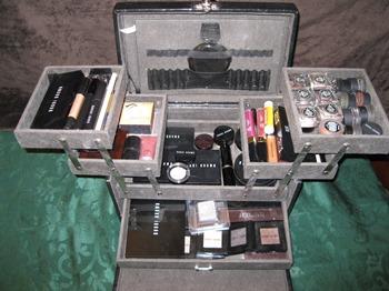 Makeup organization in a train case